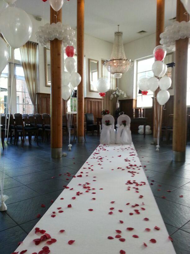 De Ballonnenkoning-Koetshuis-Rotterdam-ceremonie met loper en rozenblaadjes