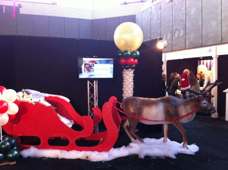 De Ballonnenkoning - ballondecoratie - kerstviering - ballonpilaar - bedrukte topballon - goud zilver rood zwart