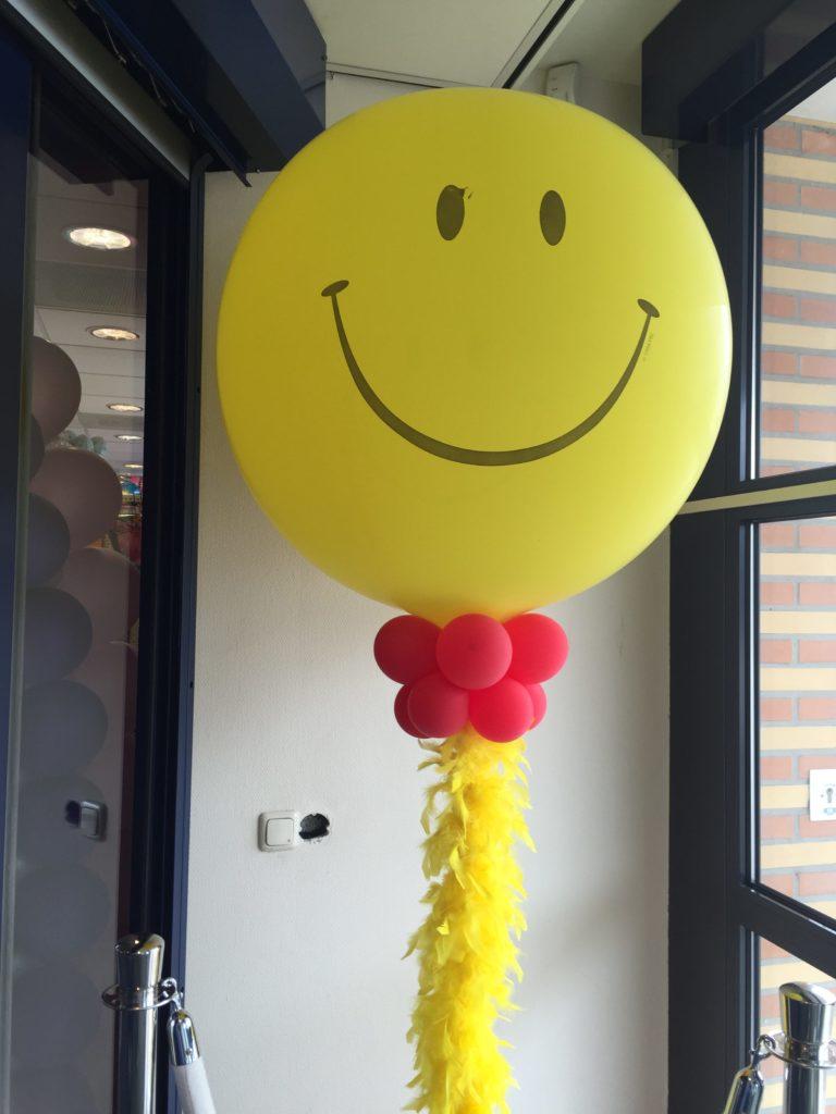 De Ballonnenkoning - ballon pilaar - rood - gele smile topballon