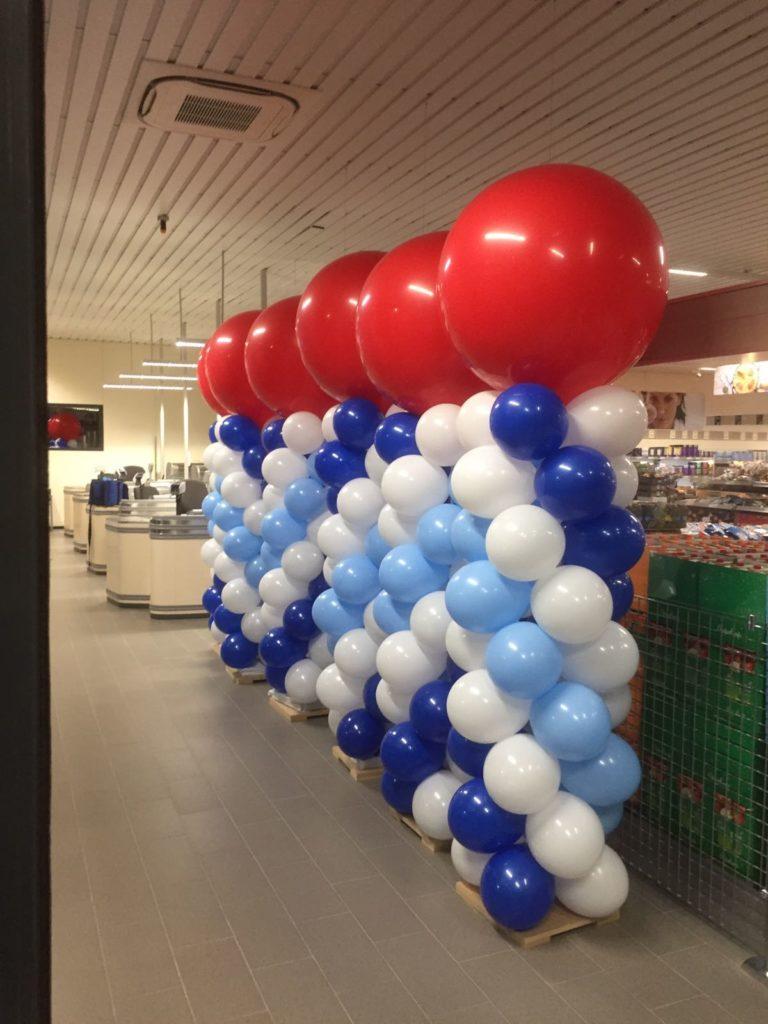 De Ballonnenkoning - ballonpilaren - donker blauw licht blauw wit - rode topballon