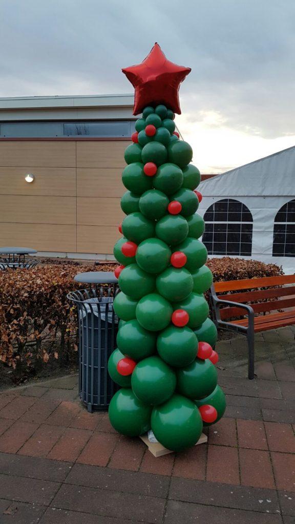 De Ballonnenkoning - ballondecoratie - kerstviering - ballonpilaar - kerstboom - ster topballon - groen rood