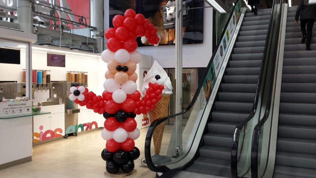 De Ballonnenkoning - ballondecoratie - kerstviering - ballonpilaar - kerstman - rood wit zwart