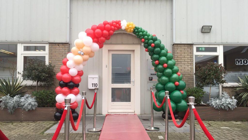 De Ballonnenkoning - ballondecoratie - kerstviering - ballonboog - kerstman - kerstboom - rood wit zwart goud groen