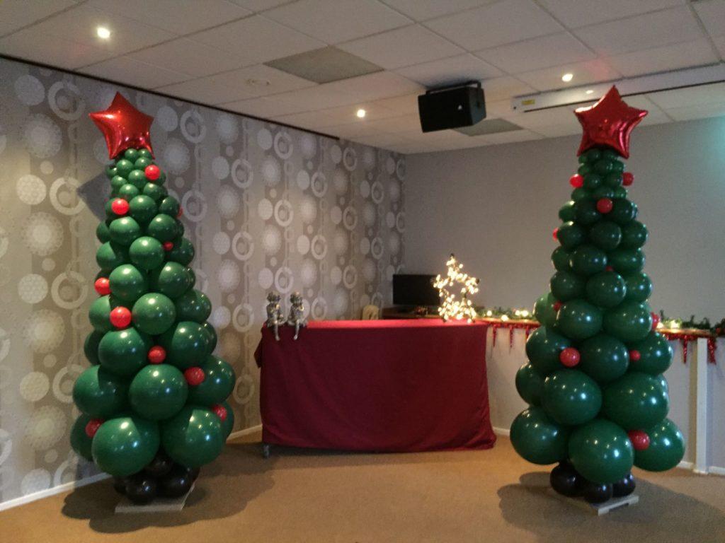 De Ballonnenkoning - ballondecoratie - kerstviering - ballonpilaren - kerstboom - ster topballon - groen rood