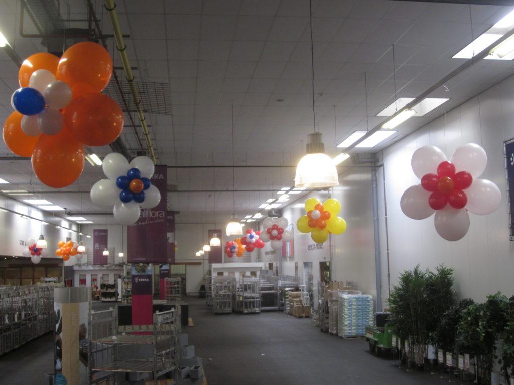 De ballonnenkoning - evenement decoratie - ballon bloemen - rood wit oranje geel blauw