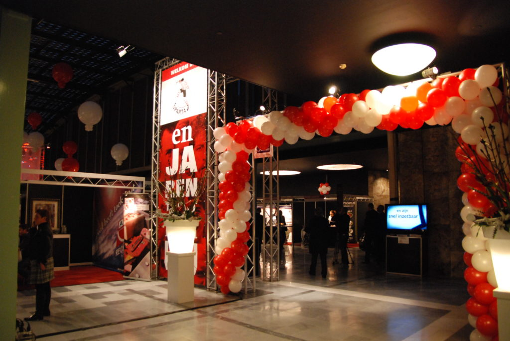 De ballonnenkoning - evenement decoratie - Sparta Rotterdam - ballonboog - topballonnen - rood wit
