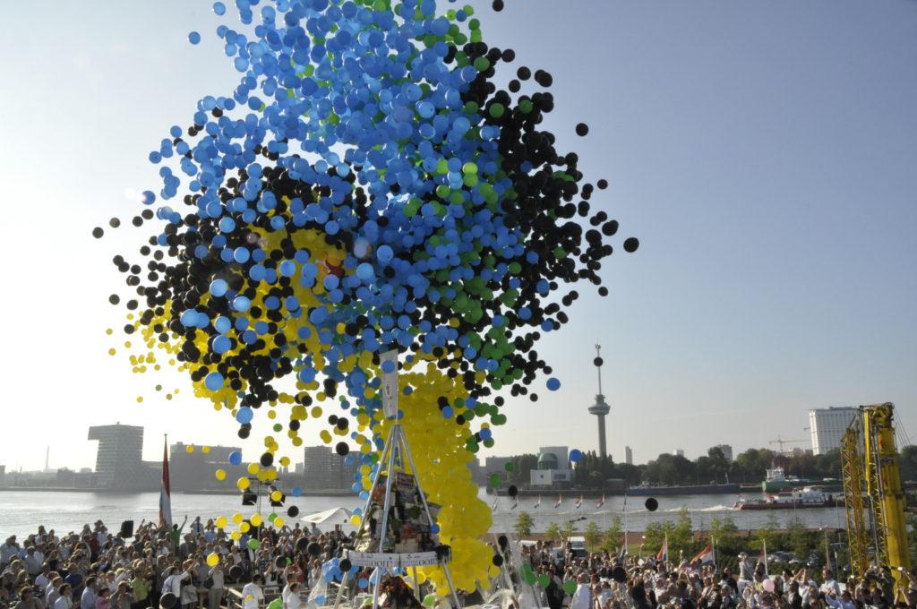 De Ballonnenkoning - ballonnen oplaten - blauw groen geel zwart oplaten - SS Rotterdam