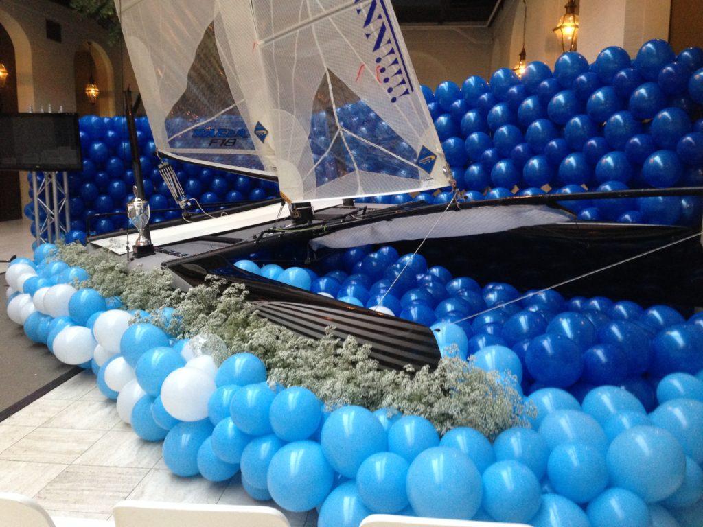 De Ballonnenkoning - uitvaart decoratie - boot - licht blauw donker blauw wit