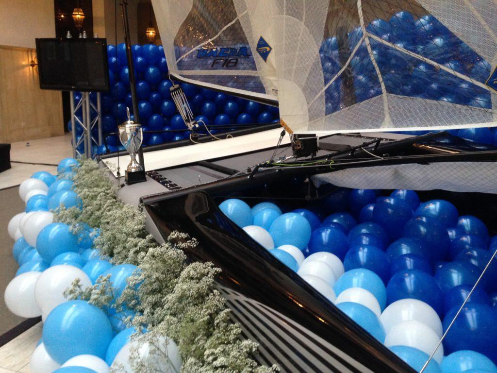 De Ballonnenkoning - uitvaart decoratie - boot - licht blauw donker blauw wit - beker