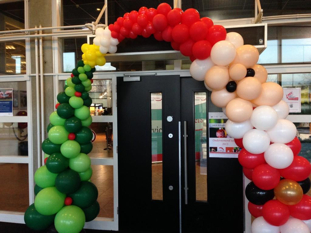 De Ballonnenkoning - ballondecoratie - kerstviering - ballonboog - kerstman - kerstboom - rood wit zwart goud geel groen