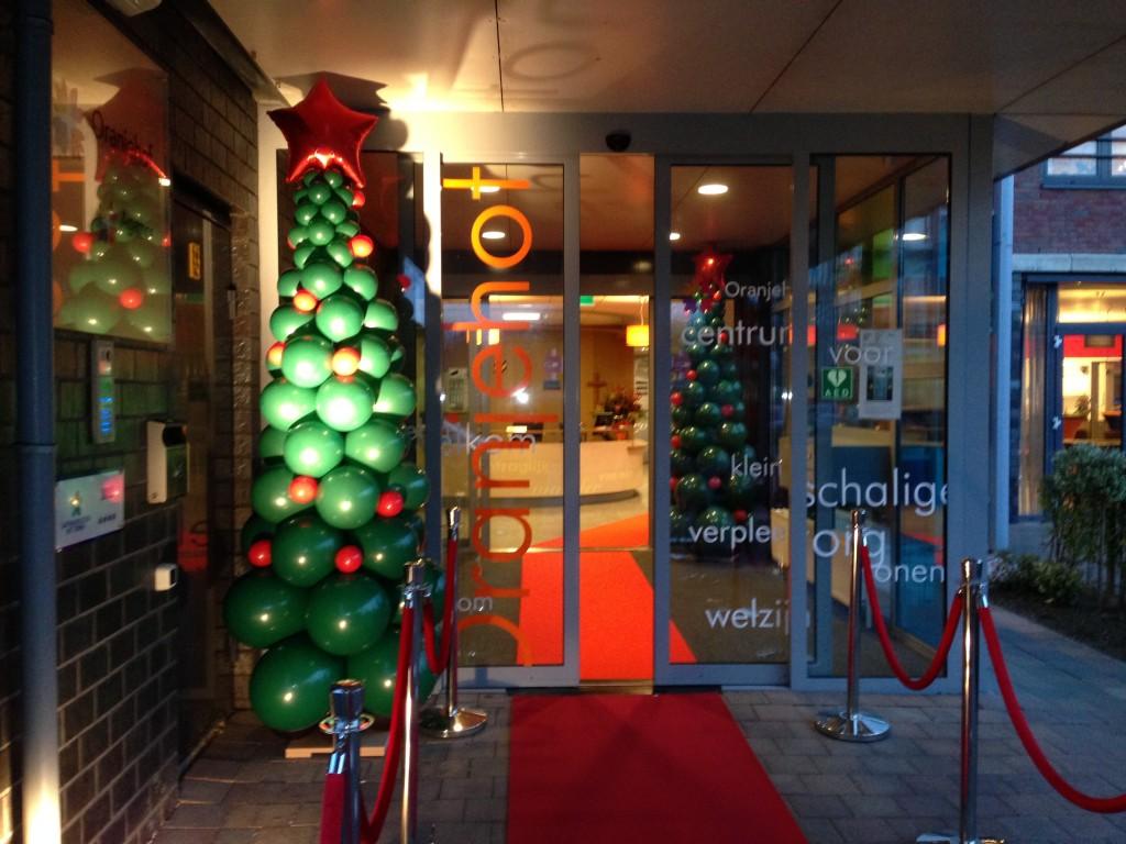 De Ballonnenkoning - ballondecoratie - kerstviering - ballonpilaar - kerstboom - rood groen