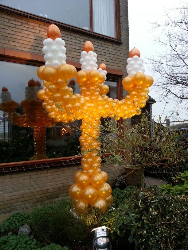 De Ballonnenkoning - ballondecoratie - kerstviering - ballonpilaar - kaars - goud zilver