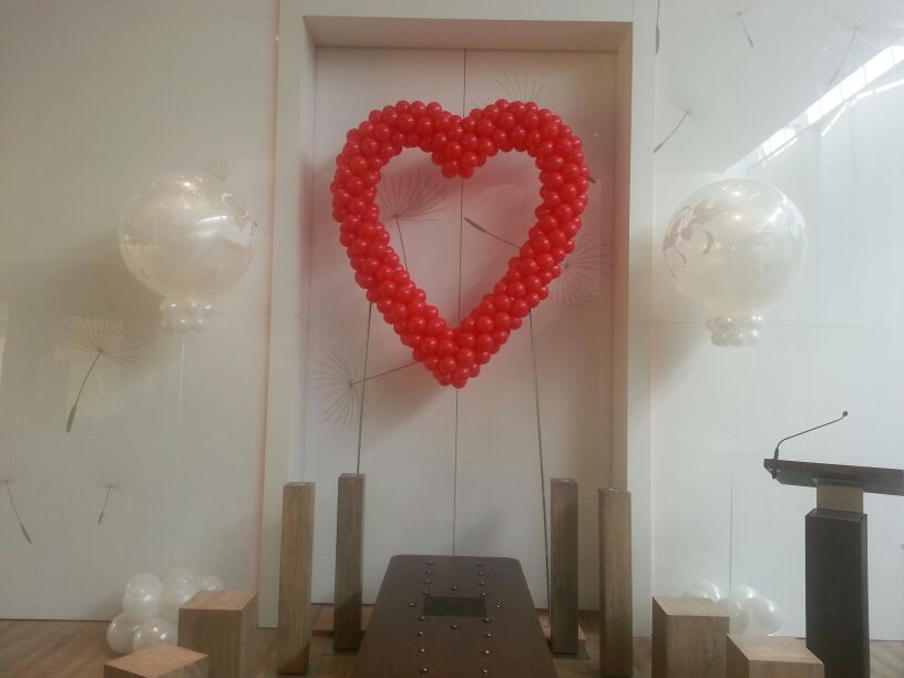 De Ballonnenkoning - uitvaart decoratie - ballonnen hart rood - wit bedrukte topballonnen