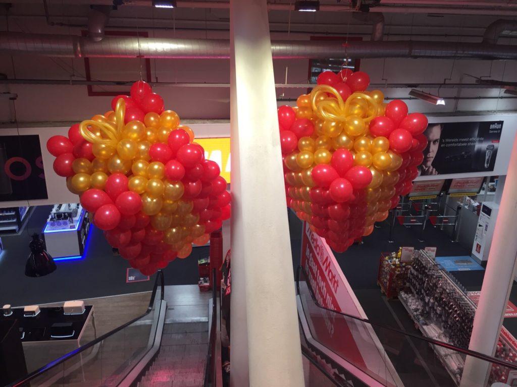 De Ballonnenkoning - ballondecoratie - kerstviering - ballonnen cadeau vorm - goud rood