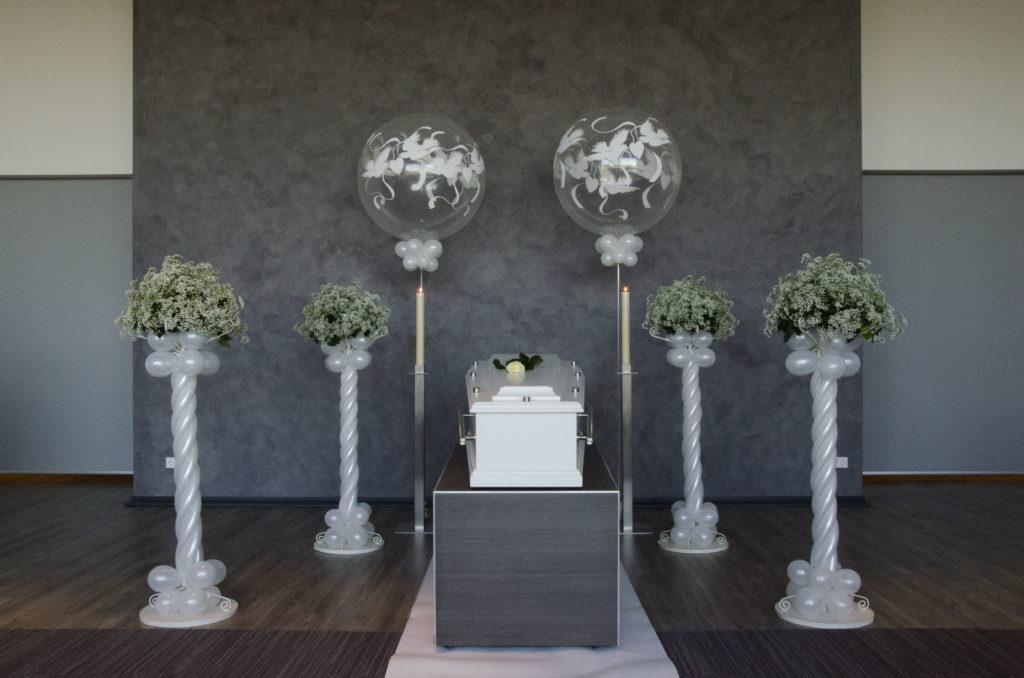 De Ballonnenkoning - uitvaart decoratie - ballonpilaren - zilver - topballon bedrukking