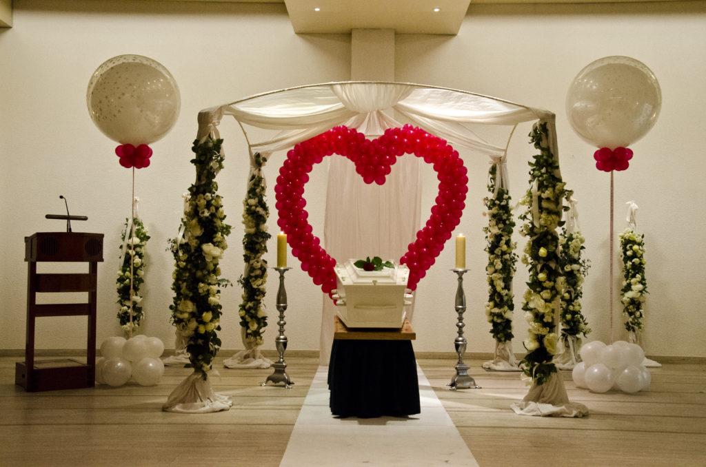 De Ballonnenkoning - uitvaart decoratie - ballonnen hart rood - bloem pilaren