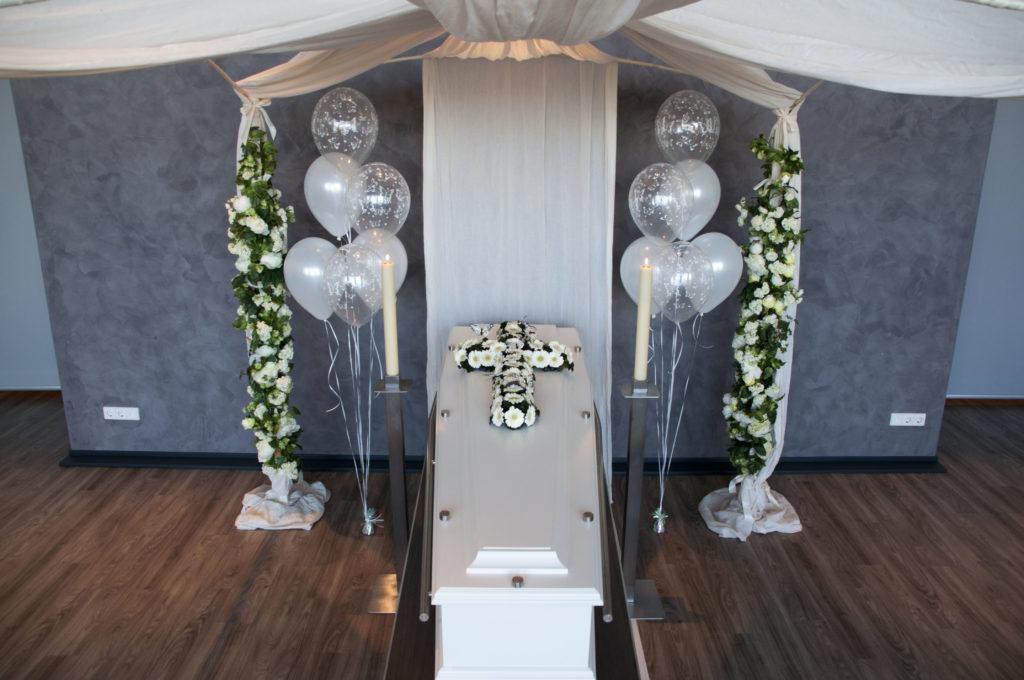 De Ballonnenkoning - uitvaart decoratie - zilver ballonnen bedrukt