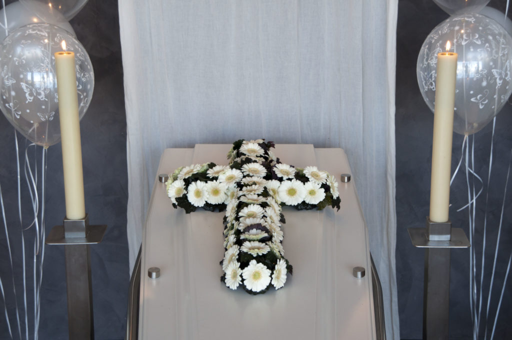 De Ballonnenkoning - uitvaart decoratie - bloemen kruis