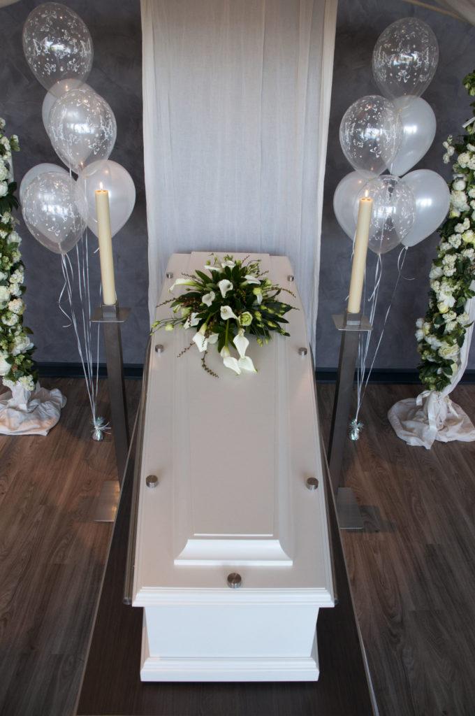 De Ballonnenkoning - uitvaart decoratie - ballonnen zilver bedrukt - bloemen