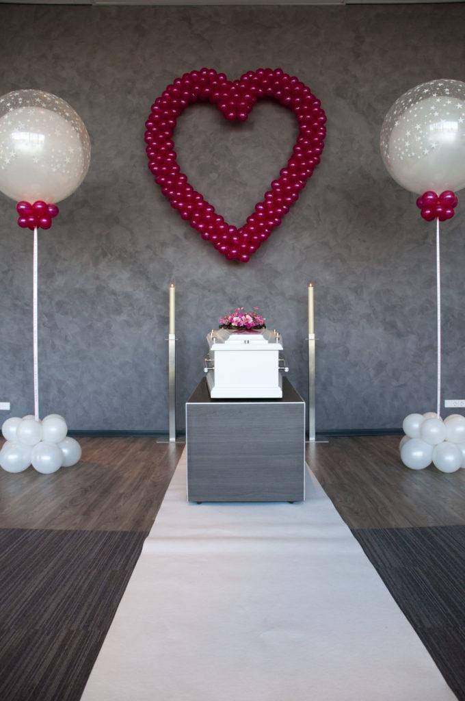 De Ballonnenkoning - uitvaart decoratie - paars hartje ballonnen wit - witte topballon