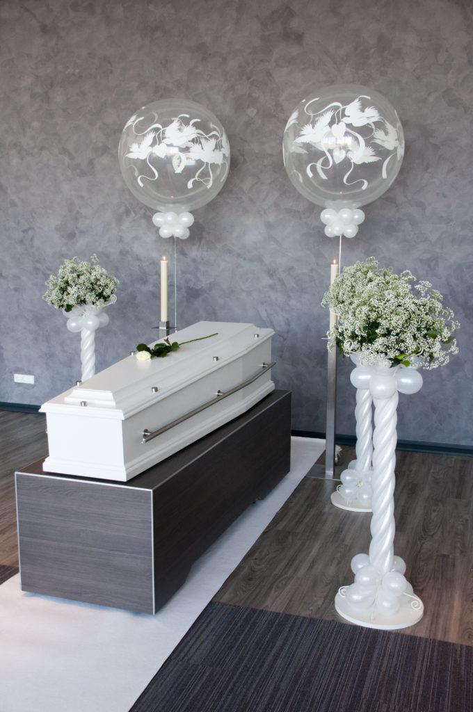 De Ballonnenkoning - uitvaart decoratie - ballonpilaren - zilver - topballon bedrukking wit