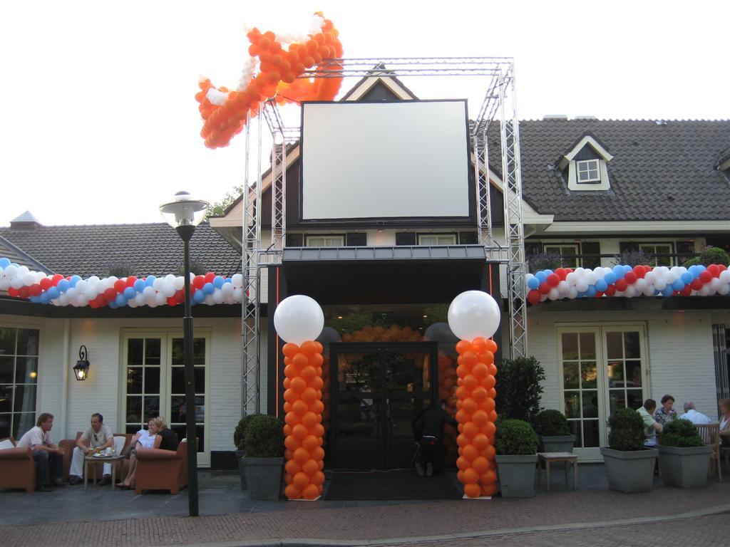 De ballonnenkoning - evenement decoratie - ballonpilaar - ballonslinger - ballon kroon - top ballonnen- rood wit blauw oranje