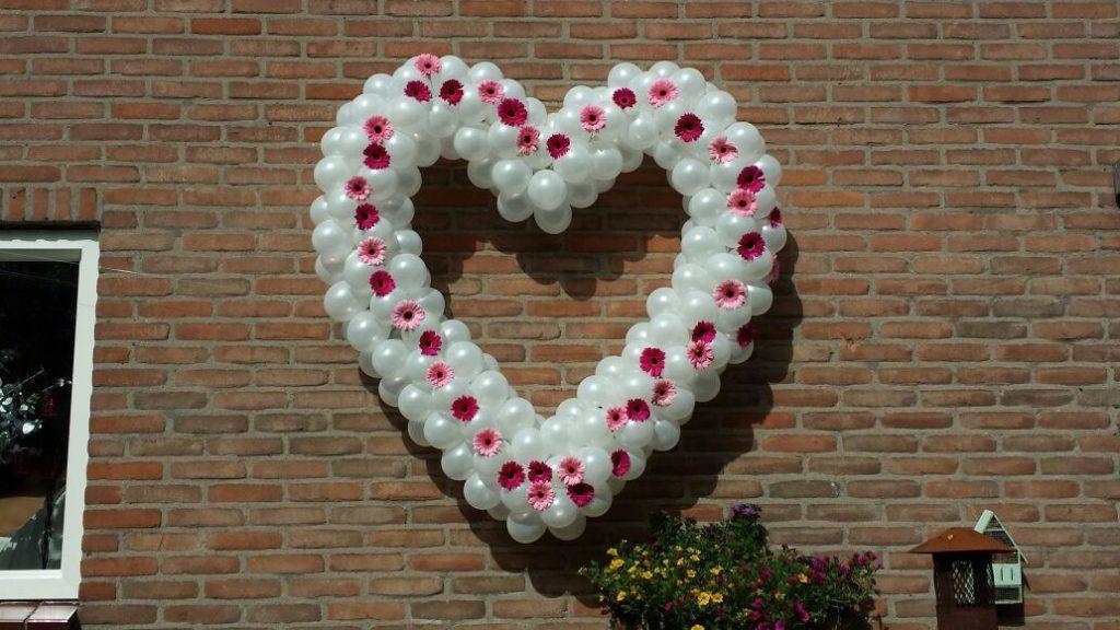 De Ballonnenkoning - ballonharten pearl white met gerbera