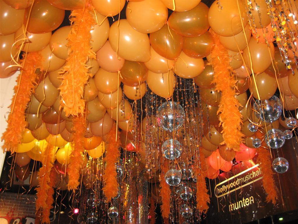 De Ballonnenkoning - ballon decoratie - dak van ballonnen - koningsdag - oranje