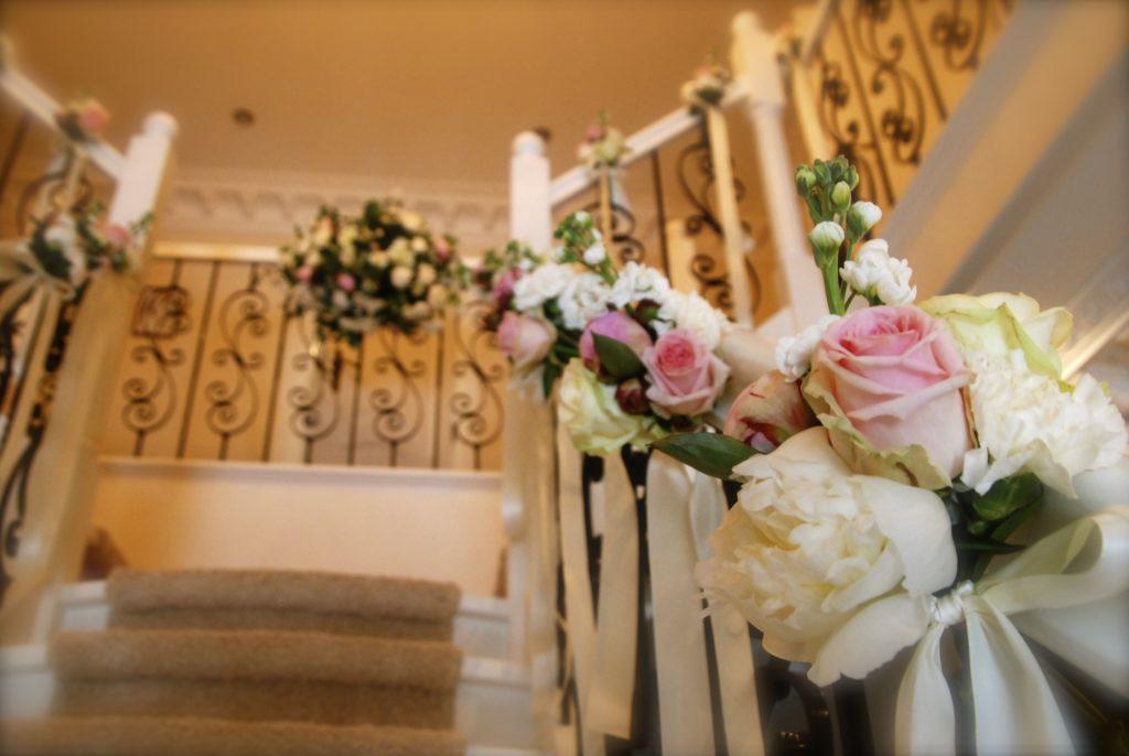 De Ballonnenkoning - bloem decoratie - trap decoratie - roze wit
