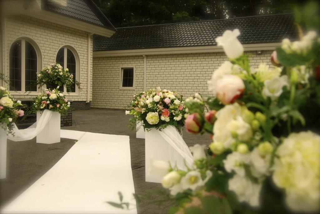 De Ballonnenkoning - bloem decoratie - witte loper - wit roze