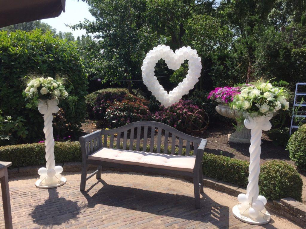 De Ballonnenkoning - bloem decoratie - ballonpilaren - ballon hart - wit groen