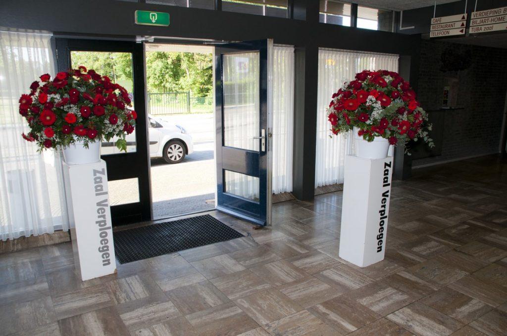 De Ballonnenkoning - bloem decoratie - zaal verploegen - rood wit
