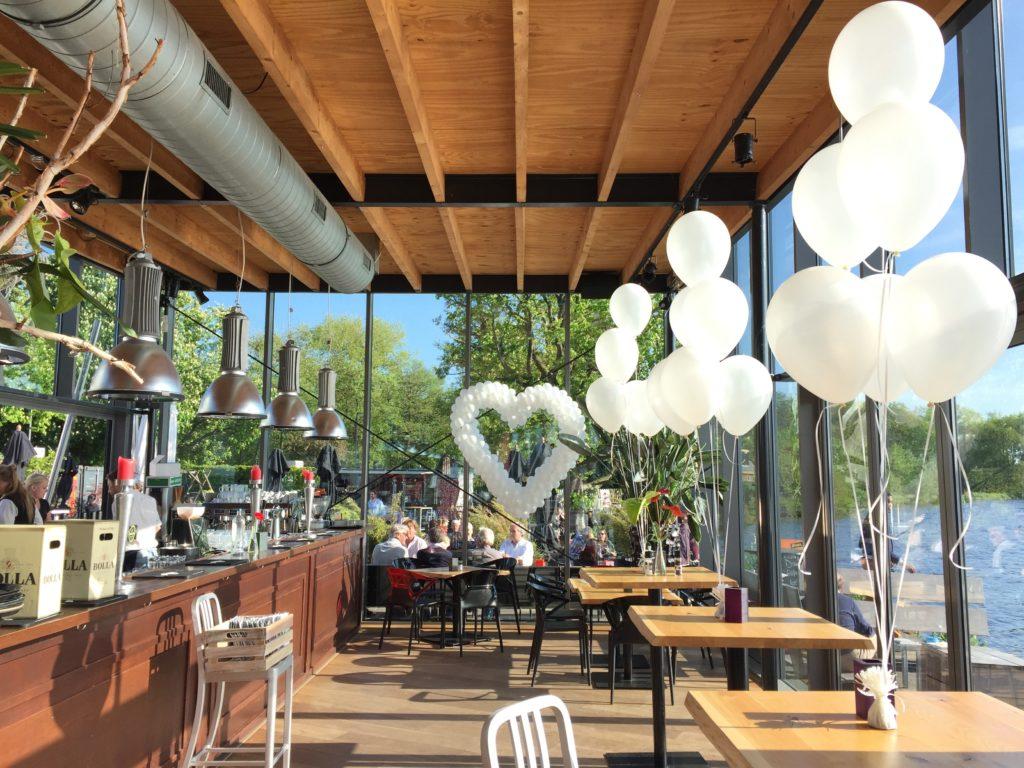 De Ballonnenkoning-de tuin rotterdam-ballonhart wit trouwzaal overzicht tafeldecoratie
