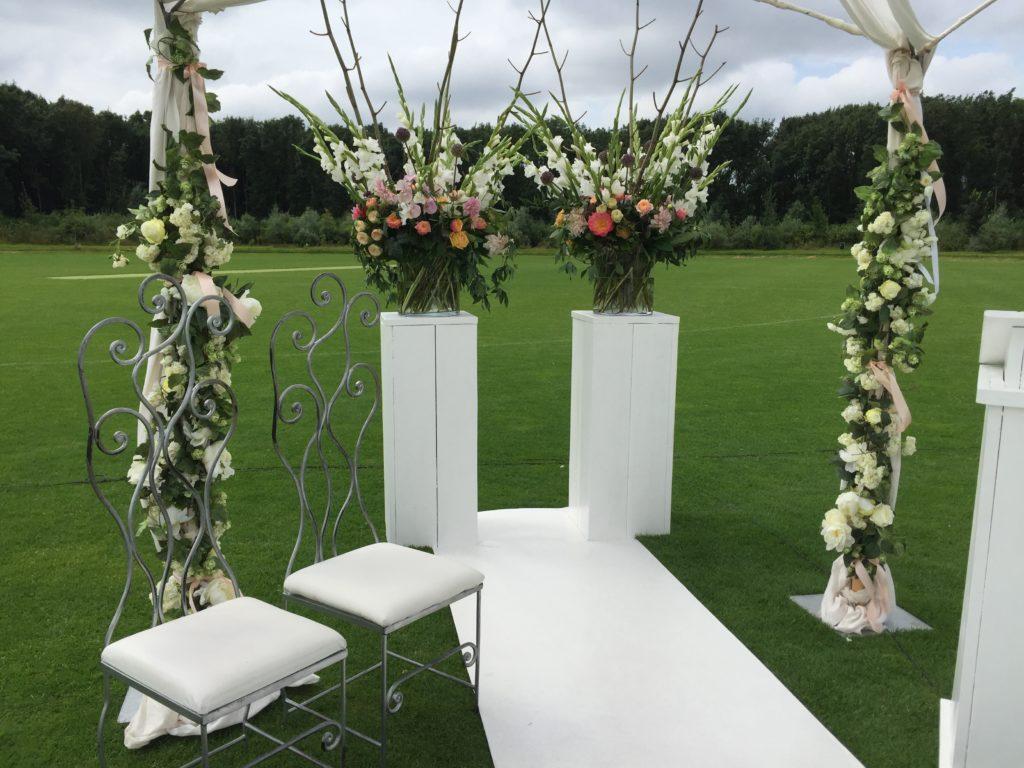 De Ballonnenkoning - ceremonie prieel witte loper bloemstukken