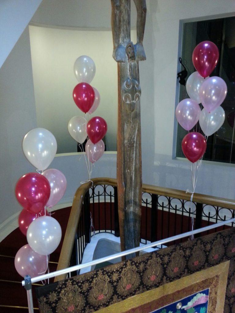 De Ballonnenkoning-Wereldmuseum-heliumballonnen bij de entree magenta en wit