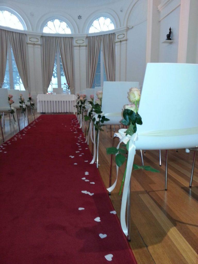 De Ballonnenkoning-Wereldmuseum-bloemen en linten aan de stoelen rozen