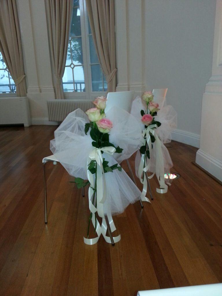 De Ballonnenkoning-Wereldmuseum-bloemen en linten aan de stoelen rozen met tule
