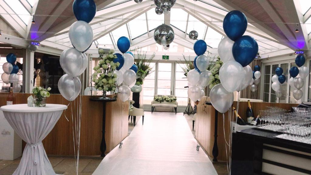 De Ballonnenkoning - Beachclub O - Ballonnen tafeldecoratie zilver wit en blauw ceremonie