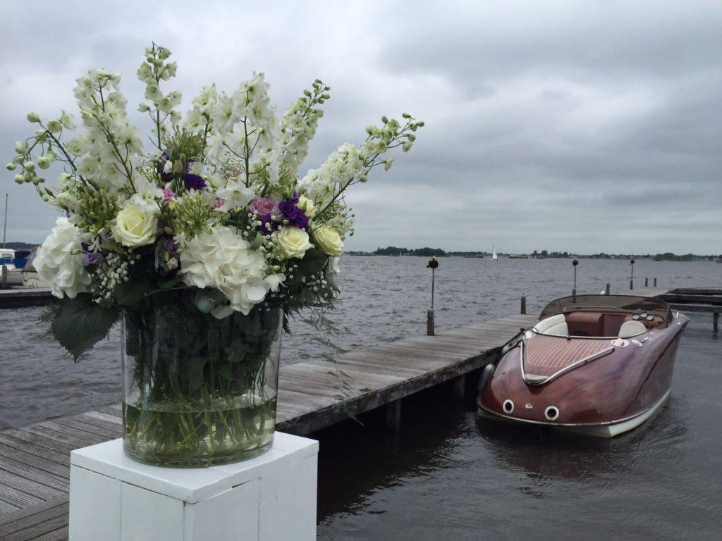 De Ballonnenkoning - Finley het Witte Huis - bloemstukken bij steiger harde wind wit