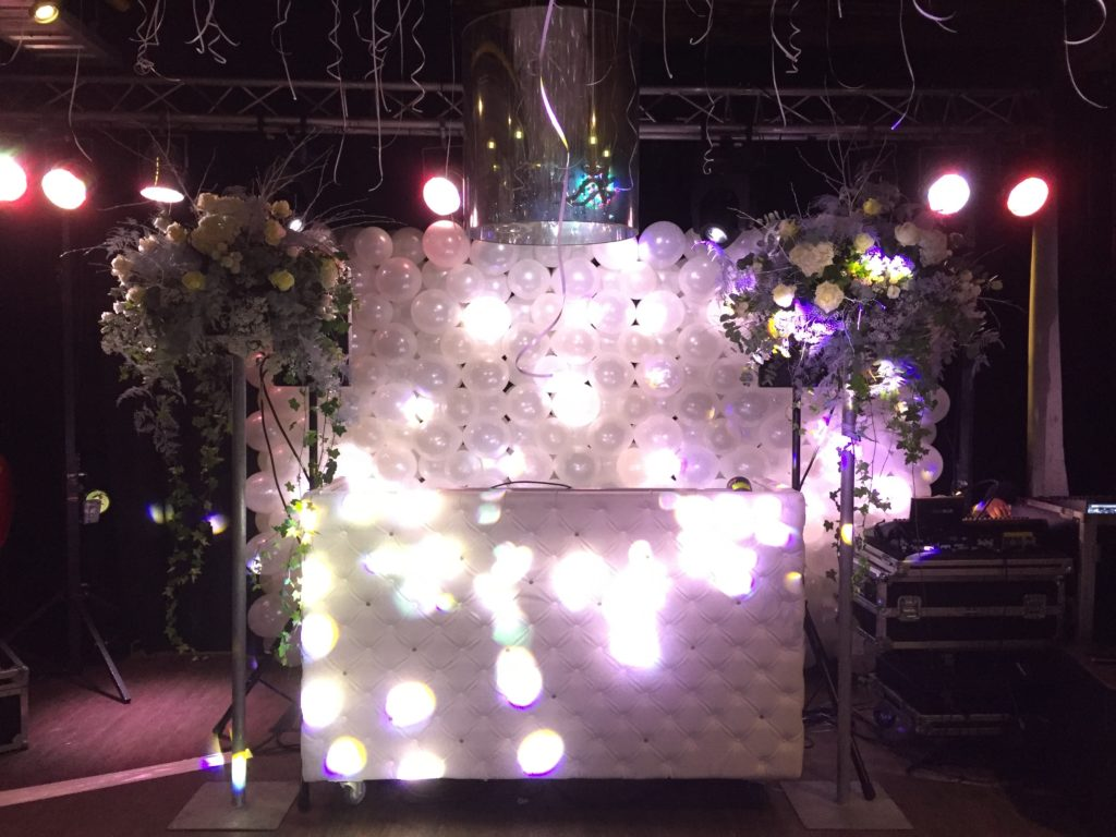 De Ballonnenkoning - hospitalityclub - decoratie trouwen ballondak wit dj booth wand ballonnen