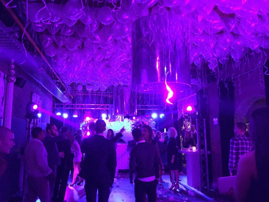 De Ballonnenkoning - hospitalityclub - decoratie trouwen ballondak paars met verlichting