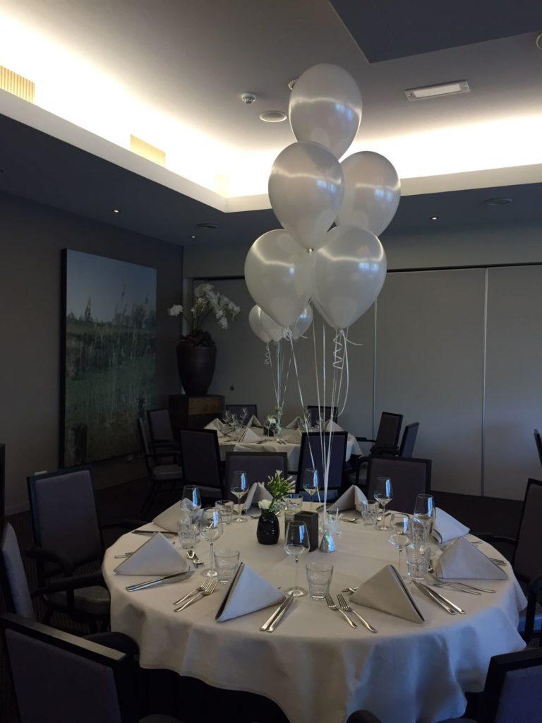 De Ballonnenkoning- Hotel Ara -tafeldecoratie pearl white diner tafel