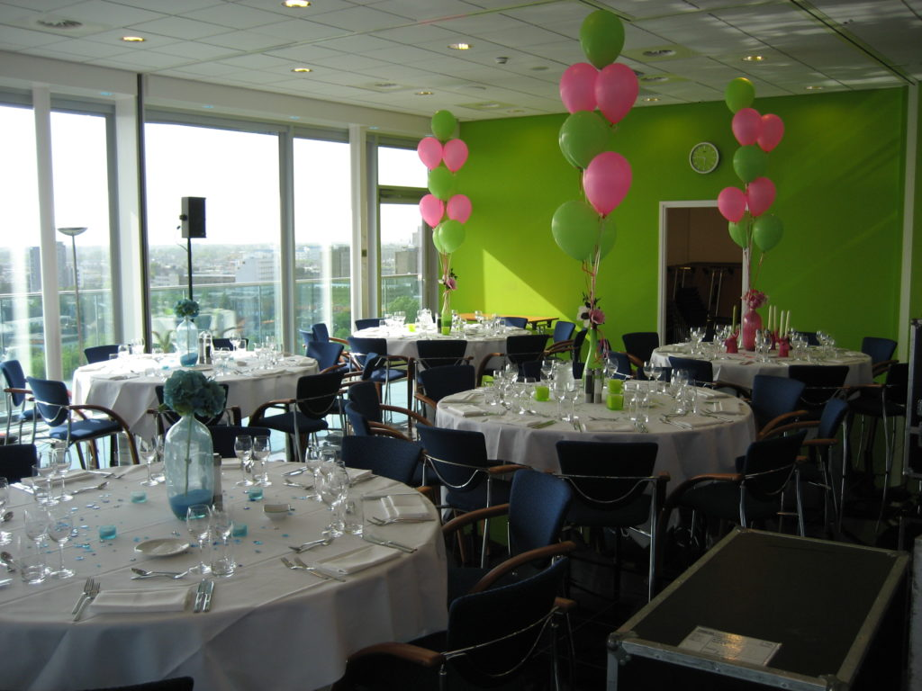 De Ballonnenkoning - Intell Rotterdam - Ballonnen in de zaal tafeldecoratie groene muur