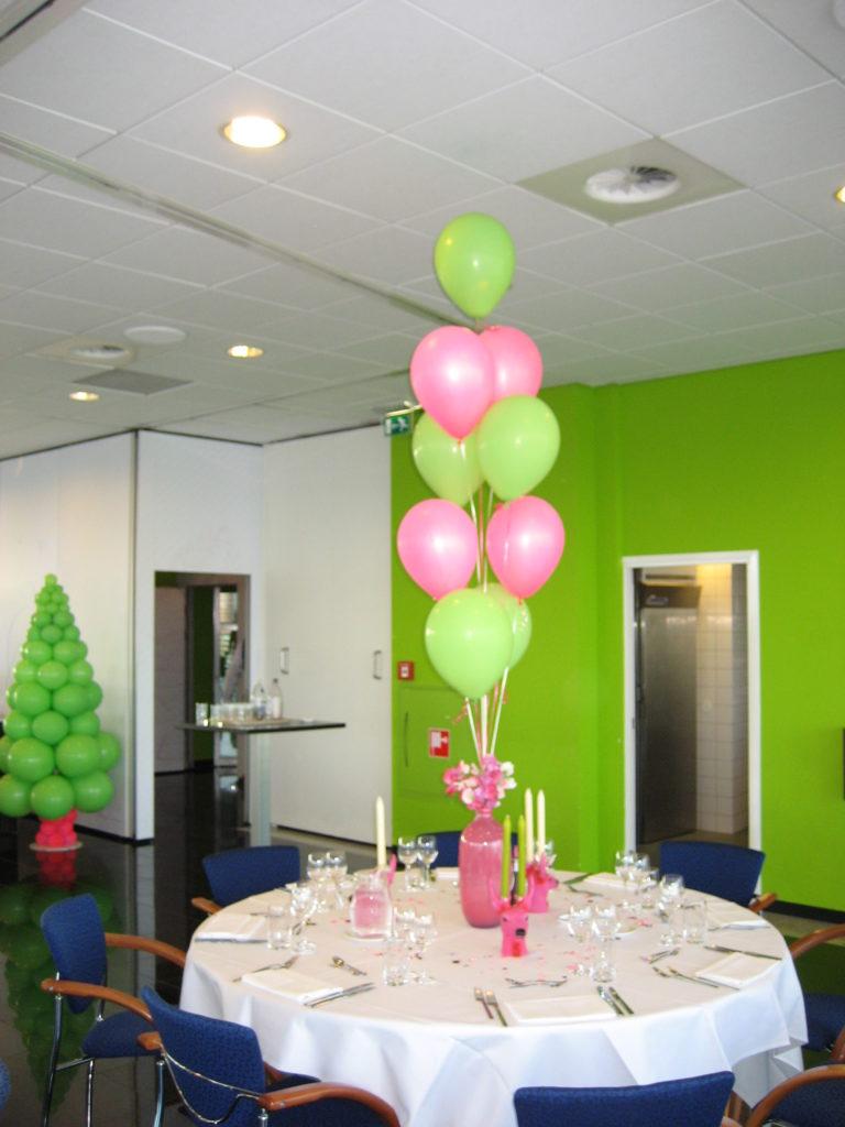De Ballonnenkoning - Intell Rotterdam - Ballonnen in de zaal tafeldecoratie groen en roze