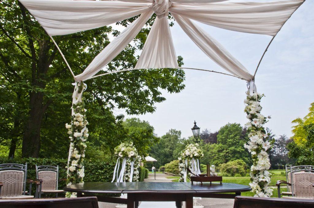 De Ballonnenkoning- Kasteel de Essenburgh- ballonnen en bloemen buiten trouwen prieel met doeken