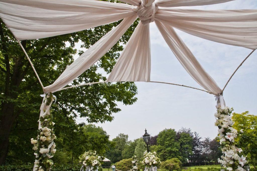 De Ballonnenkoning- Kasteel de Essenburgh- ballonnen en bloemen buiten trouwen prieel met doeken wit