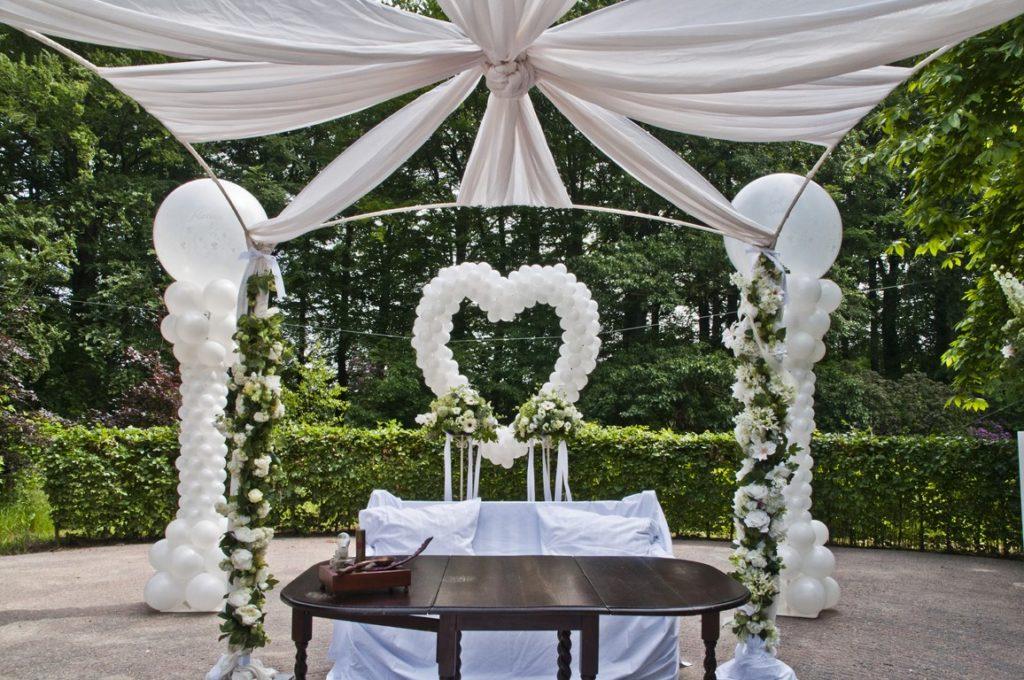 De Ballonnenkoning- Kasteel de Essenburgh- ballonnen en bloemen buiten trouwen prieel met ballonhart