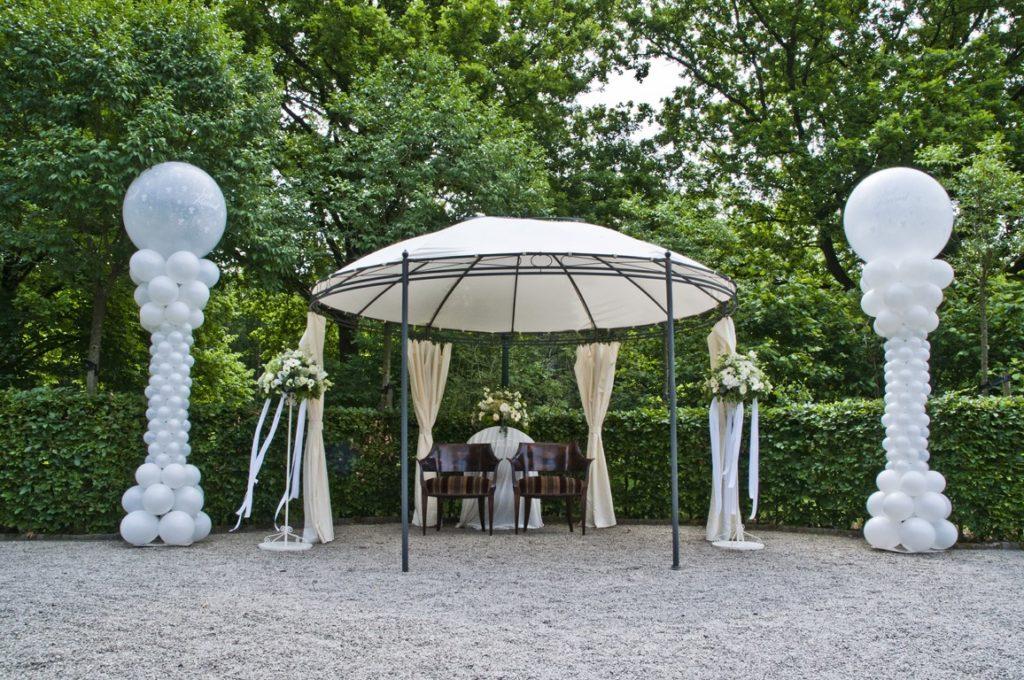 De Ballonnenkoning- Kasteel de Essenburgh- ballonnen en bloemen buiten trouwen prieel standaard