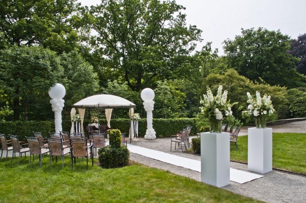 De Ballonnenkoning- Kasteel de Essenburgh- ballonnen en bloemen buiten trouwen prieel standaard bloemstukken ballonpilaren loper