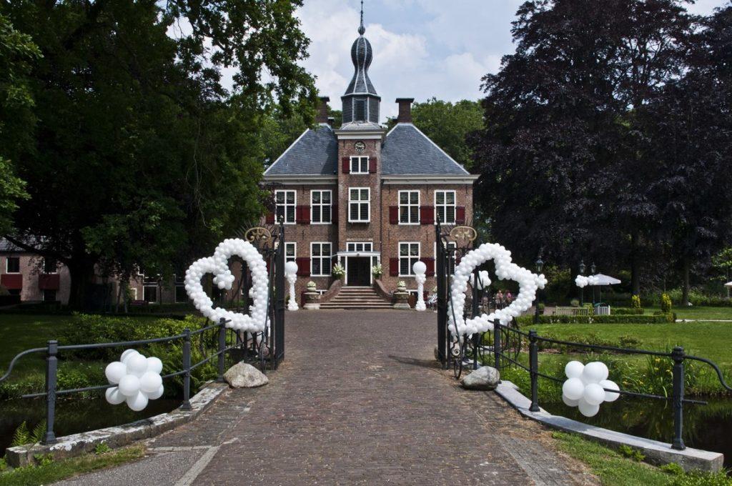 De Ballonnenkoning- Kasteel de Essenburgh- ballonnen en bloemen buiten trouwen ballonhart en pilaren en harten